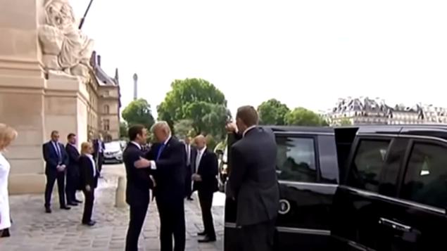 Trump Macron saludo doble